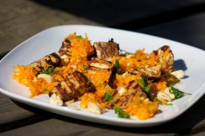 Grilované tofu s mrkvovým salátem
