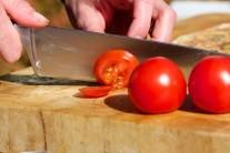 Nakrájíme si rajčata na tenké plátky...
