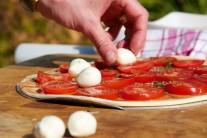 K plátkům rajčat přidáme kousky sýru mozzarella.
