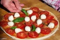 Pizzu nakonec dozdobíme lístky čerstvé bazalky.