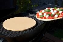 Pizzu na plechovém tácu položíme doprostřed grilu na pizza kámen.