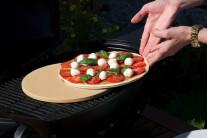 Pizzu pečeme se zavřeným poklopem 15-20 minut, dokud nebudou kraje pizzy upečeny dozlatova.