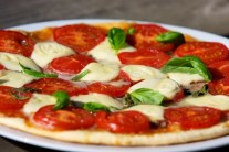 Pizzu podáváme samotnou jako hlavní chod.