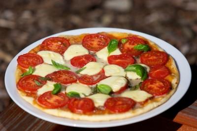 Pizza s rajčaty, mozzarellou a bazalkou