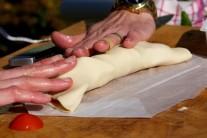 Dochutíme oregánem a prázdnou částí těsta přiklopíme tu s náplní. Vznikne nám jakási pizzová kapsa.