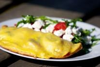 Celou kapsu potřeme vejcem a dáme na gril na rozpálený pizza kámen. Grilujeme do doby, než těsto zezlátne. Podáváme samotné nebo se zeleninovým salátem.