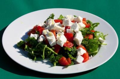 Salát s rukolou a čerstvým kozím sýrem
