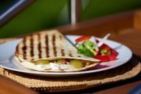 Tortily můžeme nakrájet na trojúhelníčky, nebo je nechat jen tak. Lze je podávat jen tak samotné nebo s křenovou či okurkovou omáčkou.