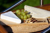 Připravíme si tortily, sýr s bílou plísní, hroznové víno a směs ořechů (vlašské, lískové, pekanové).
