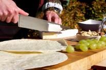 Tortily položíme na rovnou plochu a postupně na ně klademe nakrájený sýr...