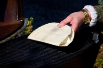 Tortilu přehneme, přitlačíme a poté ji položíme na gril.