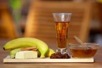 Na tento recept budeme potřebovat banán, rum, rozinky, med, skořici a kousek másla. Na dozdobení potom zmrzlinu, čokoládu, šlehačku a alobal.
