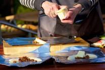 Máslo nakrájíme na kousky a ke každému banánu přiložíme jeden až dva kousky másla.