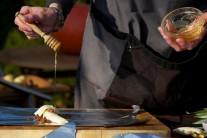 Jednotlivé porce pokapeme medem. Nejlepší je samozřejmě med od známého včelaře.