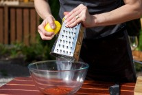 K suché směsi přistrouháme citronovou kůru a vymačkáme šťávu z citronů. Nejlépe je použít citrony v bio kvalitě, které nejsou chemicky ošetřeny.