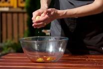 Ve velké míse smícháme všechny suroviny pro přípravu marinády. Citronovou šťávu přecedíme, abychom předešli vypadnutí pecek do marinády.