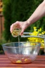 Poté přidejte do marinády asi 4 polévkové lžíce olivového oleje.