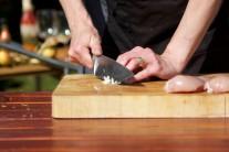 Česnek do marinády prolisujeme lisem na česnek nebo rozmáčkneme nožem a následně nasekáme nadrobno. Z česneku se vyplatí vyříznout středový klíček, pokrmy připravené s takto upraveným česnekem jsou mnohem lépe stravitelné.