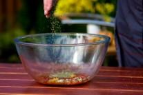 Do směsi vsypeme sušené nebo čerstvé oregano.