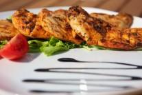 Hotová kuřecí prsíčka podávejte se zeleninovým salátem, bramborovou kaší nebo hranolky.
