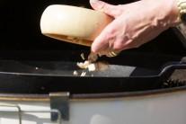 Do pánve přidejte grilované, na drobné kousky nakrájené kuřecí maso.