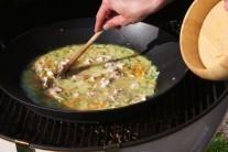 Důkladně promícháme, aby se všechny suroviny v pánvi důkladně propojily. Pánev wok přikryjeme alobalem a dusíme pod poklopem grilu po dobu cca 1 hodinu.