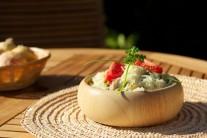 Ukázka možného servírování rizota s kuřecím masem. Vhodným doplněním může být ovocný kompot nebo salát z červené řepy.