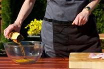 Do větší misky nasypeme kari koření, solamyl, přidáme žloutky a odměřené množství sojové omáčky. Vše důkladně promícháme a přidáme nudličky masa. Nejlépe rukou prohněteme a necháme odstát.