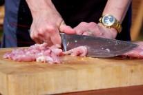 Kuřecí stehenní řízky zbavíme přebytečného tuku, ostrým nožem nakrájíme na tenké nudličky.