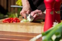 Ve chvíli, kdy máme naložené maso se můžeme věnovat přípravě zeleniny. Pórek nakrájíme na kolečka a červenou kapii na tenké proužky.