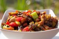 Pánev s hotovým pokrmem sejmeme z grilu, naservírujeme, ozdobíme čerstvou zeleninou dle libosti. Jako přílohu podáváme vařenou rýži nebo libovolné křupavé pečivo.