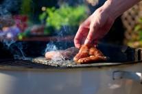 Občas poklop nadzvedneme a maso zkontrolujeme. Při vyšším počtu potření marinádou bude mít maso intenzivnější chuť.