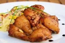 Ugrilované maso vyjmeme z grilu a přeložíme na nahřáté talíře. My jsme jako přílohu volili těstovinový salát, můžeme podávat i s čerstvým křupavým pečivem.