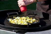 Cuketu, kukuřici a kapii v pánvi podle chuti osolíme a opepříme.