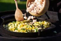 Drobné kousky masa prohřejeme na pánvi se zeleninou, ochutnáme, popřípadě dochutíme solí a pepřem.