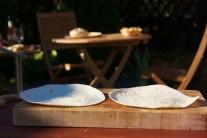 Potřebné množství tortil rozložíme na rovnou podložku. Do středu navršíme náplň tak, abychom mohli tortilu zatočit.