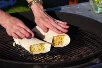 Naplněné tortily vkládáme do středu rozpáleného grilu přímo na grilovací rošt. Bez přiklápění prohřejeme na grilu, dokud se neobjeví typické nahnědlé mřížky.