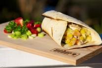 Podáváme na talíři, prkénku nebo zabalené v ubrousku rovnou do kury. K tortilám můžeme přikrájet čerstvou zeleninu. Neobvyklou přílohou s zajímavou chutí je umačkané zralé avokádo umíchané s trouchou soli a česneku, dochucené limetkovou šťávou.