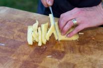 Oblíbený tvrdý sýr nakrájíme nožem na malé kostičky, které přidáme k ostatním surovinám do mísy.
