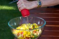 Celý obsah mísy promícháme dvěma vařečkami nebo rukami, dochutíme solí a pepřem. Nakonec přidáme nadrobno nasekanou petrželku nebo pažitku.