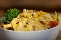 Těstovinový salát můžeme na závěr dozdobit čerstvými bylinkami.