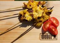 Hotové kuřecí saté podáveme se salátem nebo čerstvou zeleninou.