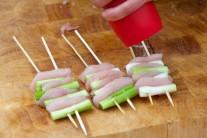 Kuřecí špízy s jarní cibulkou podle chuti osolíme a opepříme. Následně je přelijeme omáčkou, kterou jsme si udělali ze zbytku surovin.