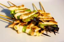 Hotová kuřecí prsa s jarní cibulkou podáváme s čerstvou zeleninou nebo salátem.