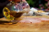 Maso zalijeme menším množství olivového oleje.