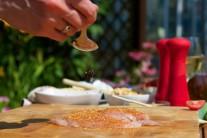Maso přelité olivovým olejem posypeme grilovacím kořením.
