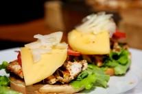 Do hamburgeru ještě přidáme sýr a čerstvou cibuli.