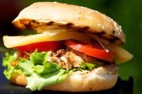 Hamburgery podáváme s hranolky, americkými brambory nebo se salátem.