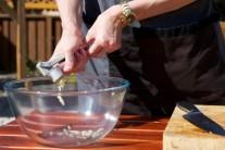 Z česneku, soli, oregána, olivového oleje a jablečného octa smícháre pastu, kterou panenky potřeme a necháme  v lednici 30 minut odležet.