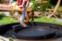 Grilujeme přímo na grilovacím roštu grilu. Občas zkontrolujeme a otočíme. Ke vkládání masa na gril raději používáme grilovací kleště, abychom se o gril nespálili.